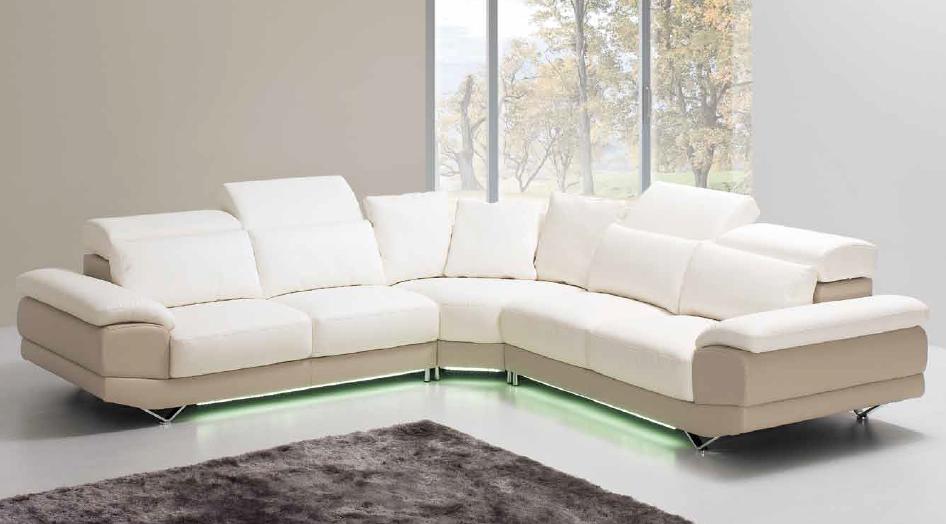 Canapé d'angle Dennis dans sa version angle 4places. Têtières rabattables, pieds chrome. Un choix d'environ 150 coloris ou texture avec tout mélange possible. Option LED